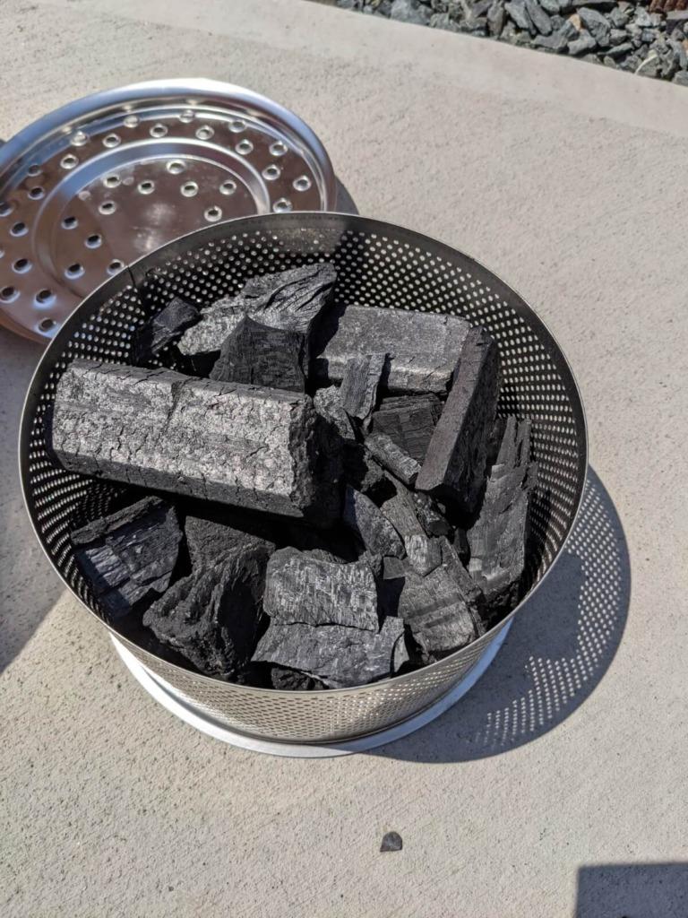 ロータスグリル チャコールコンテナに炭を入れる